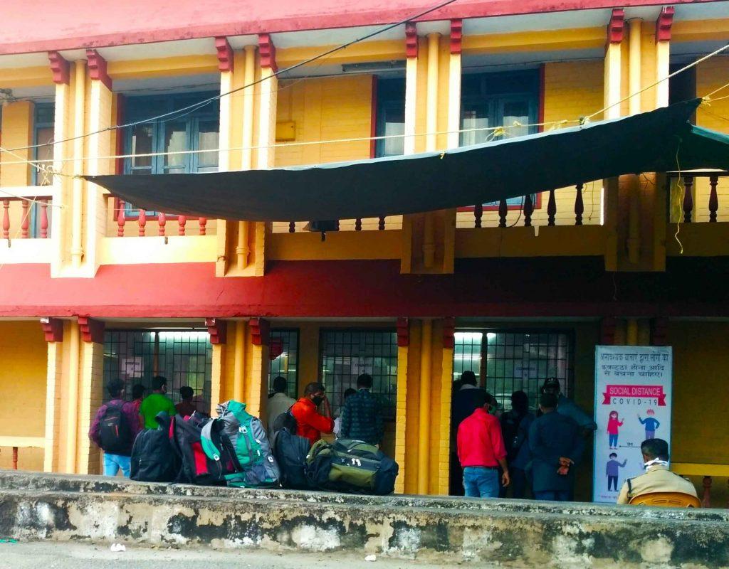 heavy-rush-of-people-waiting-at-the-walayar-checkpost